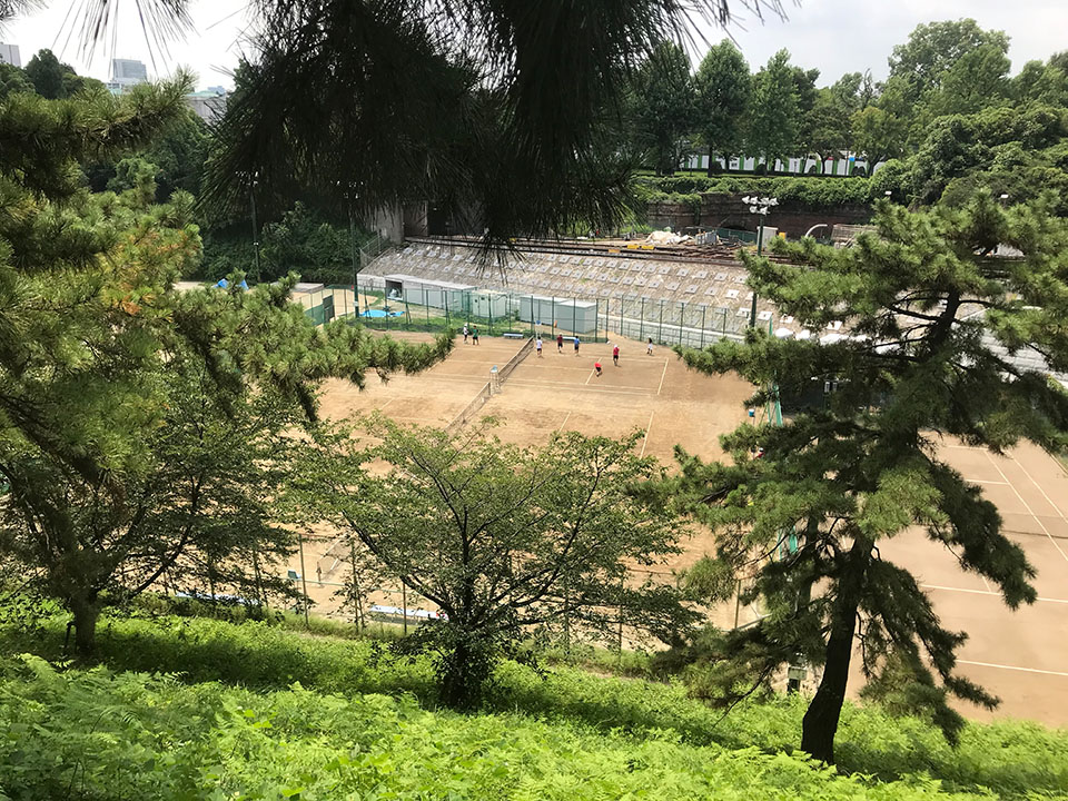 外濠公園遊歩道から見えるテニスコート
